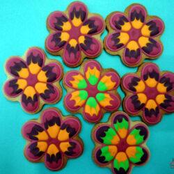 Galletas decoradas con glaseado con forma de flor